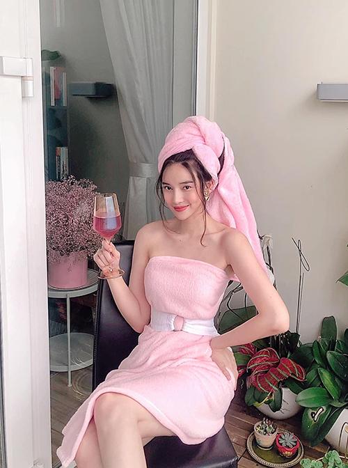 Cao Thái Hà dùng khăn tắm để làm váy quây khoe vai trần. Diễn viên còn mời ca sĩ Yaya Trương Nhi cùng tham gia thử thách này để tìm niềm vui trong những ngày ở nhà tránh dịch Covid-19.