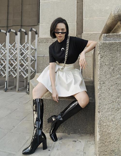 Phối chân váy xoè dáng ngắn cùng áo thun màu tương phản của Diệu Nhi là cách mix-match đơn giản nhưng vẫn mang lại hiểu quả cao.