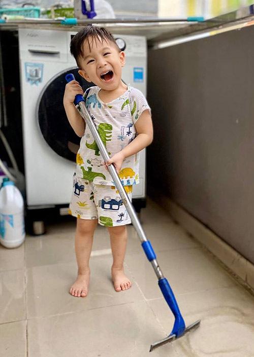 Bé Bắp thích thú khi được giúp bố mẹ làm việc nhà.