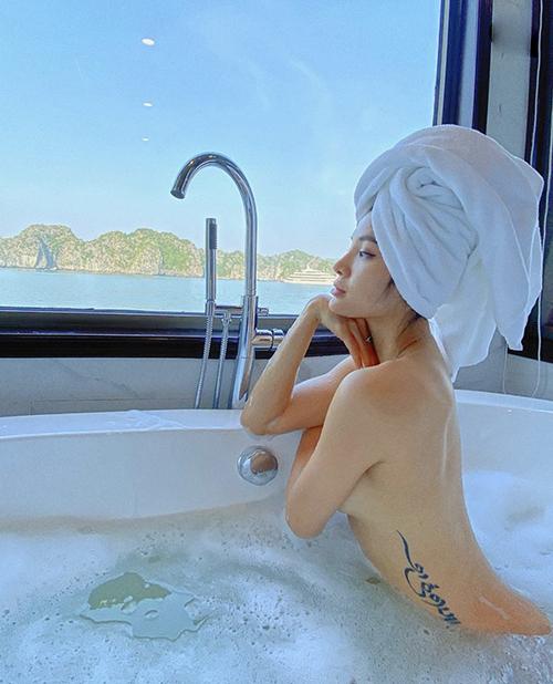 Jolie Phương Trinh khoe đường cong khi thư giãn trong bể bơi trên du thuyền.