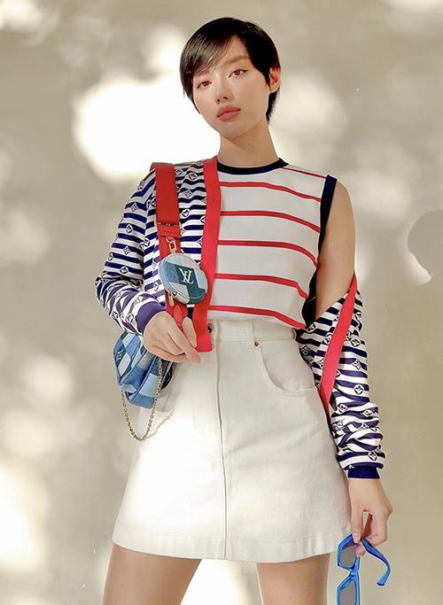 Muốn bắt trend cùng những xu hướng mới chị em có thể tham khảo cách phối chân váy chữ A, dáng lưng cao cùng áo sát nách như Khánh Linh.