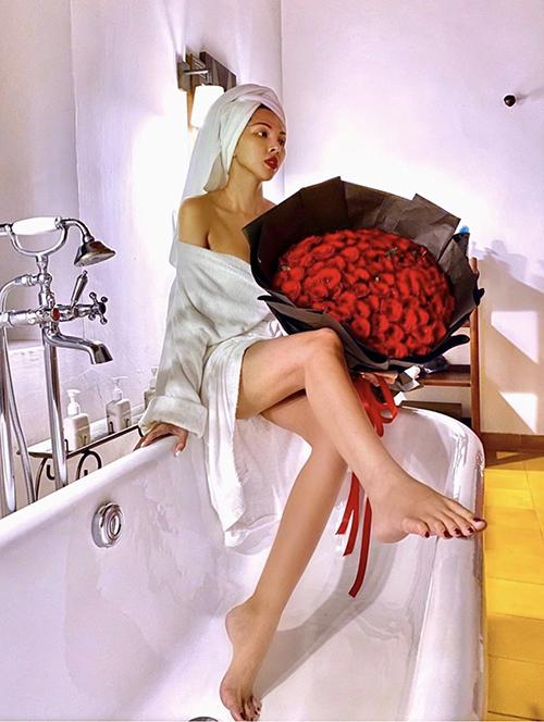 Là một người thích decor nhà cửa, tận hưởng cuộc sống nên Minh Triệu cùng thường chia sẻ hình ảnh thư giãn bên bồn tắm.