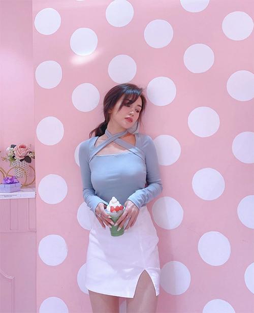 Muốn tận dụng trang phục để khoe đường cong, các nàng có thể chọn các kiểu áo thun lạnh dáng ôm phối với chân váy xẻ như Sĩ Thanh.