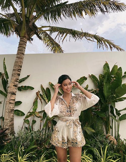 Tròn 14 ngày sau khi xuất viện, Tiên Nguyễn khoe hình ảnh trẻ trung với jumpsuit mùa hè. Cô nhận được nhiều lời khen và chúc mừng từ bạn bè vì đã điều trị khỏi bệnh.