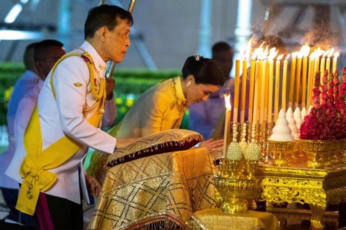 Vua Maha Vajiralongkorn và Hoàng hậu Suthida trong sự kiện ngày Chadra Day hôm 6/4. Ảnh: AFP.