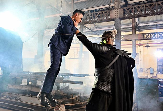 Ở cảnh này, diễn viên đóng vai kẻ thù của Isaac chộp cổ anh nhấc bổng lên bằng một tay nhưng thực tế hệ thống dây cáp giúp Isaac lơ lửng trong không trung. Các dây này sẽ được xử lý xoá bỏ ở giai đoạn hậu kỳ.