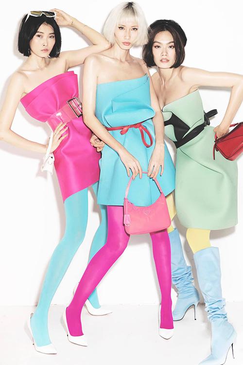 Kim Nhung, Hằng Nguyễn, Thanh Thảo (từ trái sang phải) sử dụng váy quấn được chế từ thảm tập yoga. Cả 3 chân dài cùng tạo dáng theo phong cách high fashion.