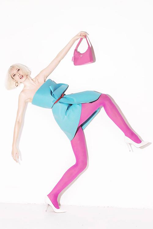 Hằng Nguyễn nổi bật với thảm yoga xanh và các phụ kiện tông hồng cánh sen nữ tính.
