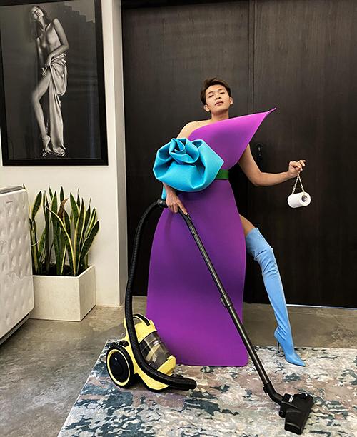 Stylist Trần Đạt pose dáng không kém dàn mẫu. Anh là người đưa ra ý tưởng thử thách mặc thảm yoga cho Kim Nhung, Hằng Nguyễn, Thanh Thảo.