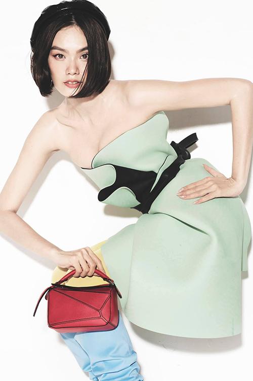 Túi Loewe dáng mini được Thanh Thảo chọn lựa để hoàn thiện set đồ.