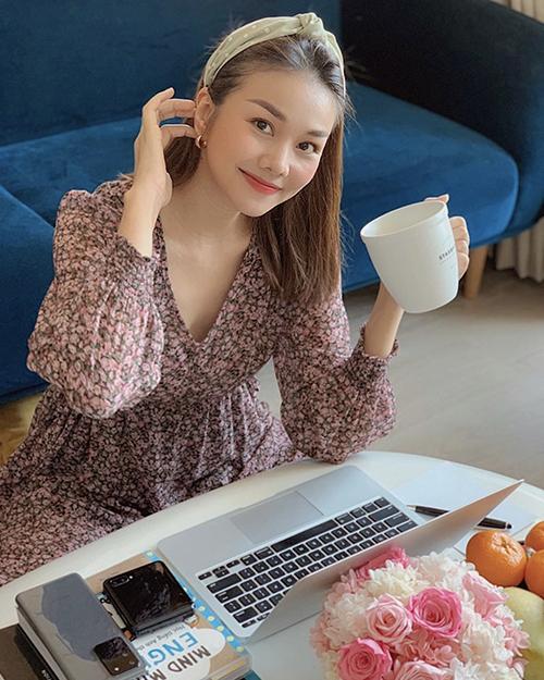 Trong thời gian ở nhà tránh dịch Covid-19, các kiểu băng đô như Thanh Hằng sẽ giúp phái đẹp xinh xắn hơn khi làm việc, vào bếp và thư giãn.