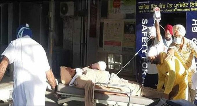 Sĩ quan Harjit Singh của sở Cảnh sát Punjab được đưa vào viện hôm 14/4 sau khi bị nhóm giáo phái cầm kiếm tấn công. Ảnh: News Lion.