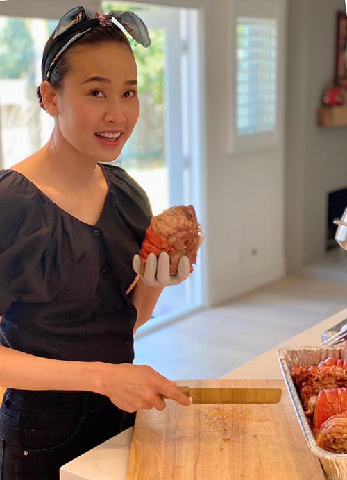Nằm trong nhóm người yêu bếp vì thế Dương Mỹ Linh tận dụng băng đô, khăn turban để giữ nếp tóc gọn khi chế biến món ăn.