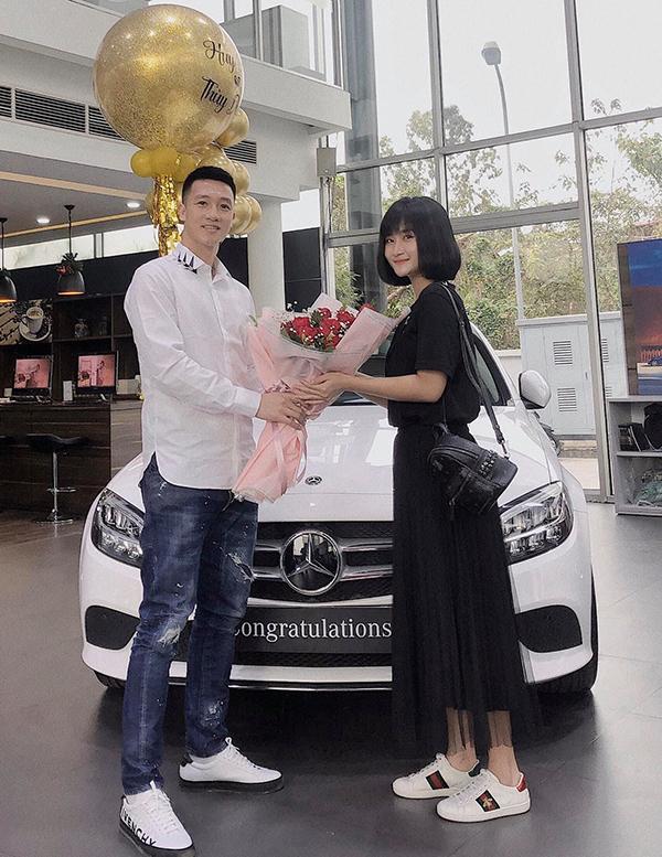Bạn gái Huy Hùng mua xe tiền tỷ hồi tháng 3/2020. Ảnh: NTD.