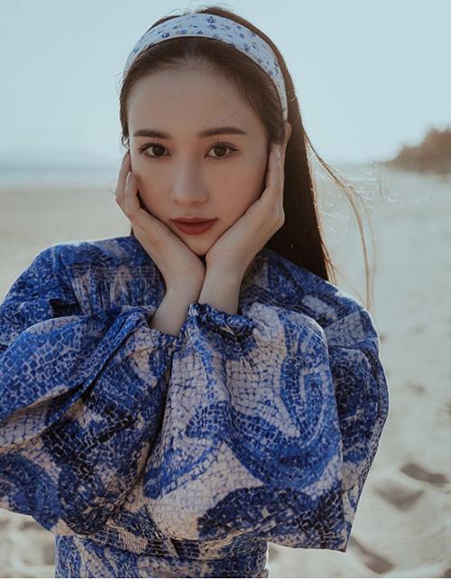 Ngoài các kiểu băng đô vải tiện dụng, khăn turban cũng được Jun Vũ cùng nhiều sao Việt chọn lựa để phối đồ mùa hè.