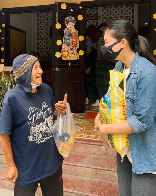Tiểu Vy ăn mặc giản dị, năng động. Người đẹp không ngại mang vác các phần quà nặng làm từ thiện.