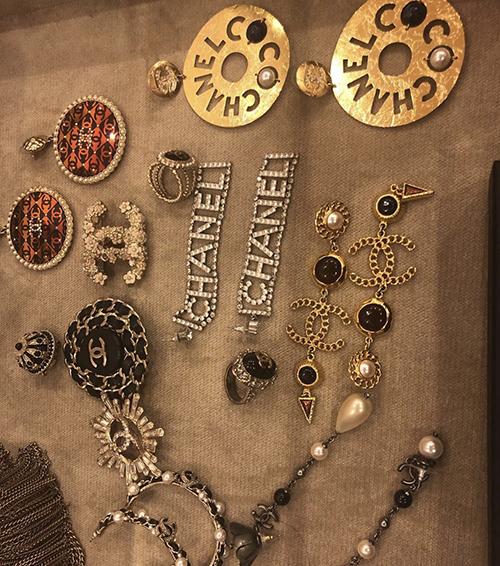Ngoài ngọc trai, các mẫu hoa tai, vòng cổ trang trí logo Chanel cũng được Phượng Chanel sưu tập và mix-match đồ hàng ngày.