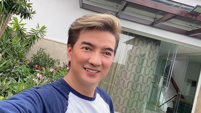 Ca sĩĐàm Vĩnh Hưng selfie khi ở nhà tránh dịch.