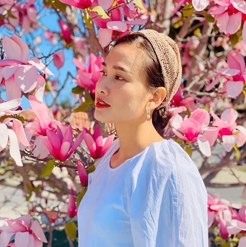 Băng đô bản lớn, kiểu ôm gọn nửa đầu thường được Dương Mỹ Linh phối cùng áo blouse, váy cổ điển để tôn nét nữ tính.