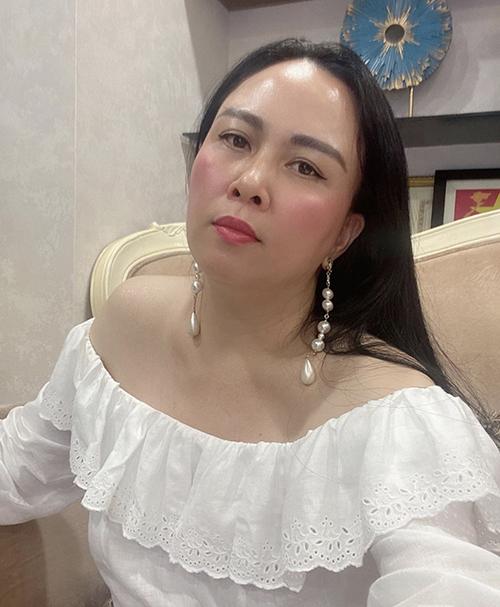 Những kiểu hoa tai dáng dài, kết ngọc trai nhiều kiểu dáng thường được nữ doanh nhân cưng chiều nhất.