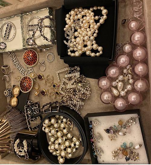 Ngoài các mẫu trang sức trang trí logo Chanel, Phượng Chanel còn dành nhiều tình cảm cho hoa tai, vòng cổ ngọc trai.