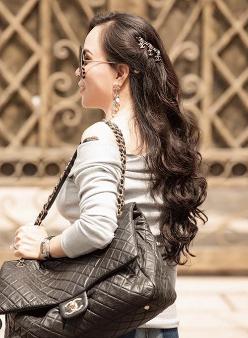 Khi phối trang phục, Phượng Chanel cũng chọn trang sức một cách tỉ mỉ để tạo nên sự thống nhất cho từng set đồ.