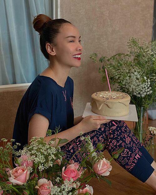 Yến Trang đón sinh nhậtđáng nhớ. Không ăn diện mà chỉ pijama ở nhà với bánh và hoa. Em phải luôn hạnh phúc và luôn vui em nhé, cô nhắn nhủ bản thân.