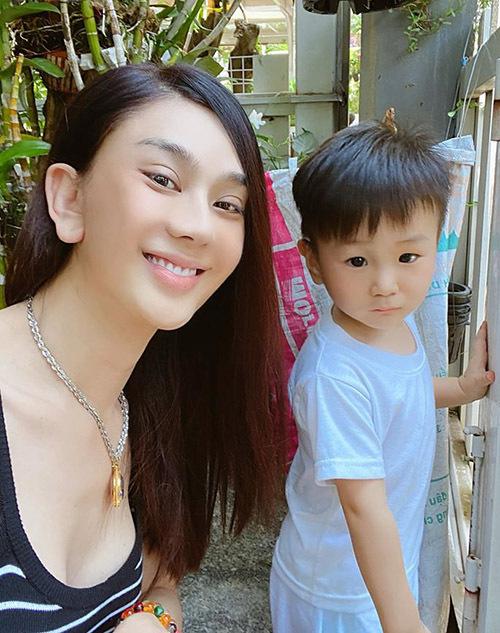 Đây là lần hiếm hoi giọng ca chuyển giới chụp ảnh với mặt mộc. Nhiều fan khen Lâm Khánh Chi trông trẻ trung hơn nhiều so với tuổi thật 43. Bé Thiên Long được nhận xét nhìn giống bố Phi Hùng.