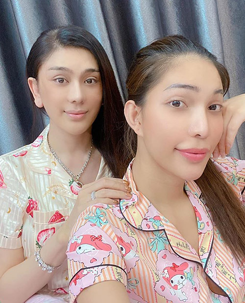 Mấy ngày qua nữ ca sĩ bị suy nhược cơ thể phải truyền nước biển. Người đẹp chuyển giới Vicky Trần - bạn thân của Lâm Khánh Chi (phải) tới nhà thăm cô.