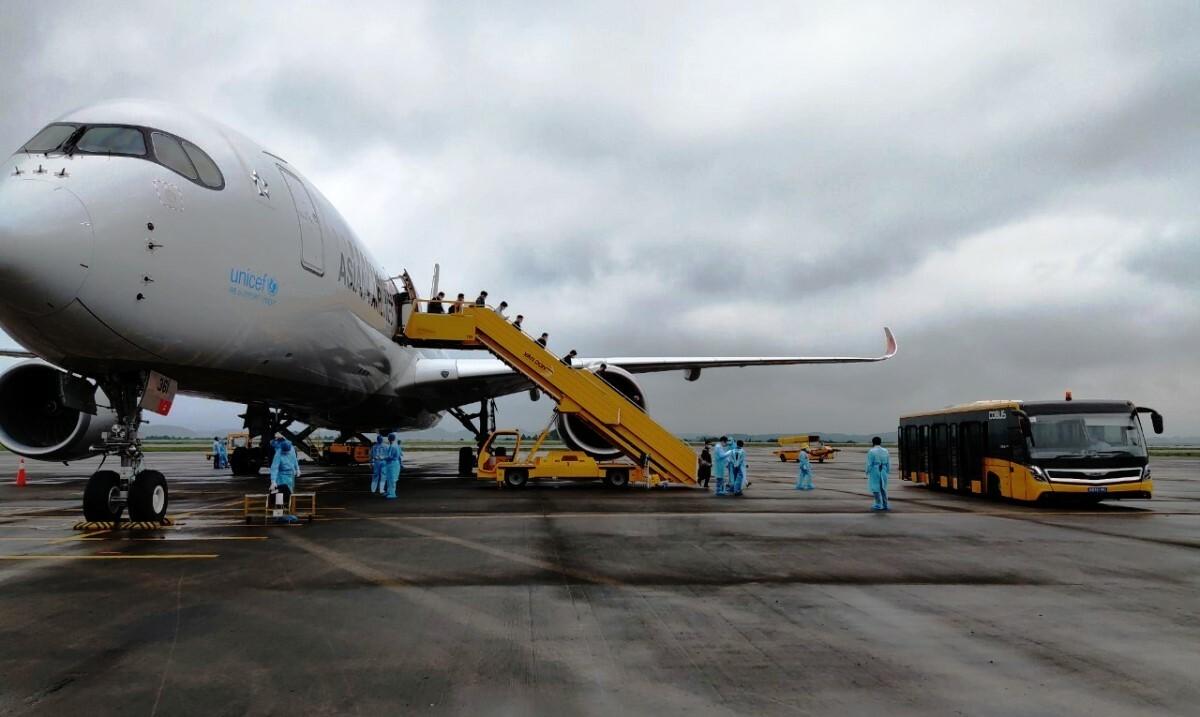 Chuyến bay chở 308 chuyên gia, kỹ sư người Hàn Quốc xuống sân bay Vân Đồn trưa 17/4. Ảnh: Bình Minh