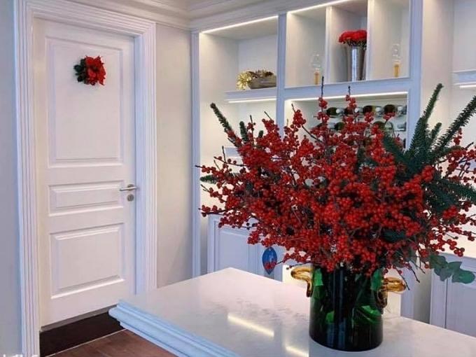Các bình hoa to, màu sắc rực rỡ được cô bày trí ở nhiều góc nhà.