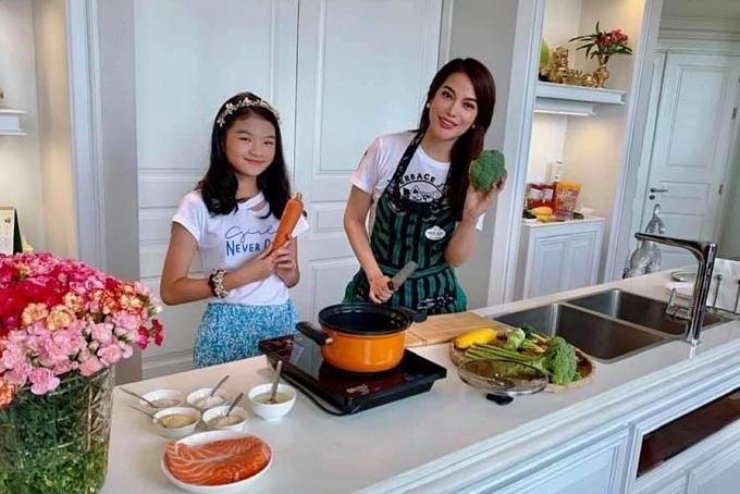 Căn bếp rộng rãi là nơi hai mẹ con nấu nướng cùng nhau. Nữ diễn viên yêu thích nấu ăn, đặc biệt là các món bắc. Thời gian ở nhà tránh dịch, cô thường trổ tài nấu nhiều món ăn ngon đãi con gái và bạn bè thân.