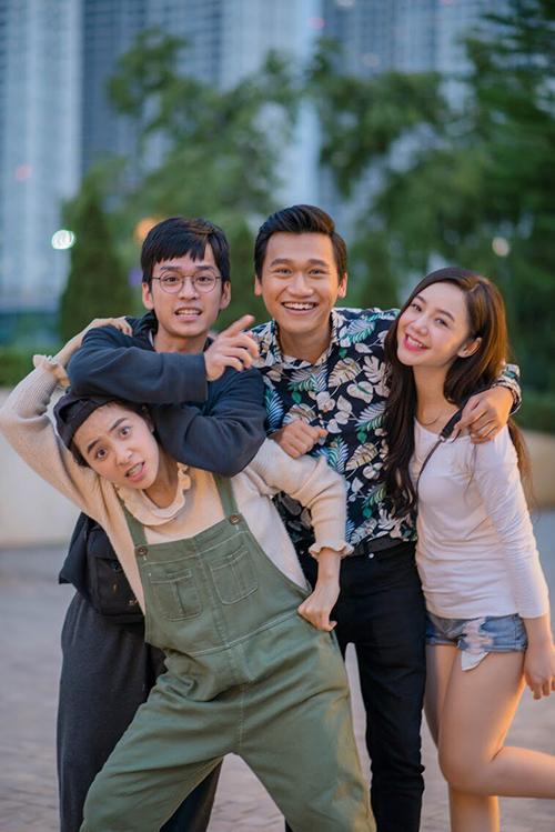 Trần Vân thân thiết với các diễn viên Trần Nghĩa, Xuân Nghị và Quỳnh Kool trên phim trường.