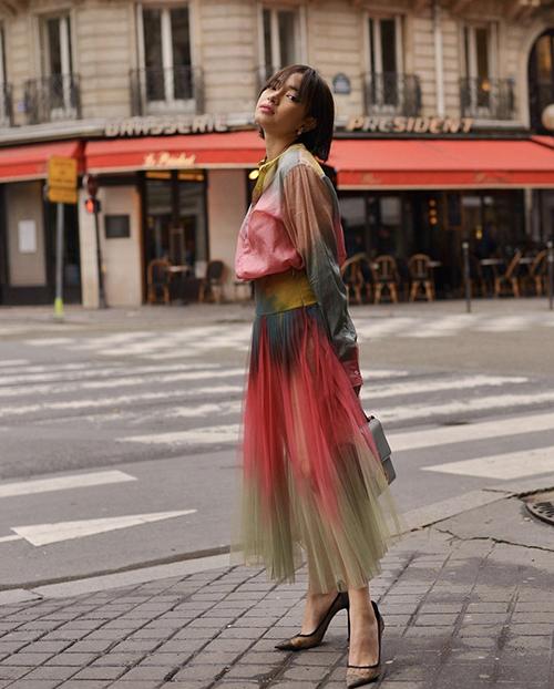Váy áo nhuộm màu bất quy tắc cũng được Châu Bùi lựa chọn để giúp cô nổi bật trên phố.