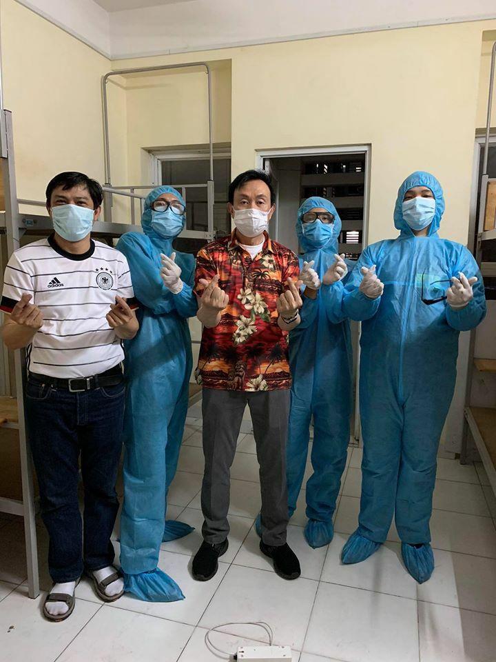 Chí Tài chụp ảnh cùng các y bác sĩ.