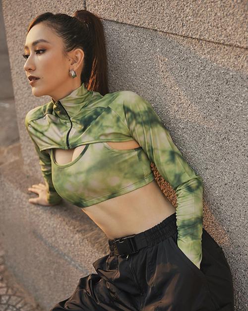 Hà Thu khoe eo thon với mẫu áo crop-top thiết kế độc đáo. Ngoài phom dáng ấn tượng, chính tông màu thể hiện sự phá cách, tự do giúp người đẹp thêm cuốn hút.