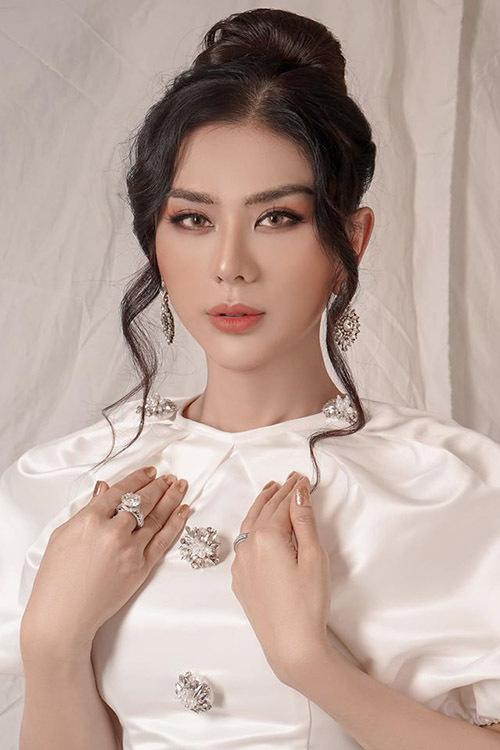 Nhan sắc Lâm Khánh Chi trông khác lạ sau khi giảm cân và cắt mí mắt, thay đổi kiểu trang điểm.