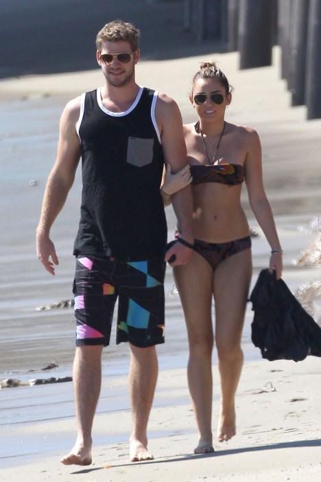 Liam và Miley Cyrus đi dạo bên bờ biển Malibu khi còn bên nhau.