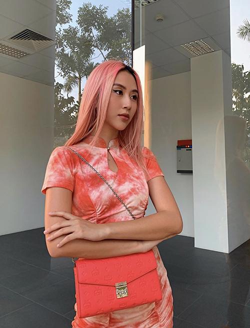 Váy cổ tàu được Quỳnh Anh Shyn khá yêu thích ở mùa hè năm nay. Cô chọn nhiều tông màu bắt mắt để mix đồ hài hoà với các phụ kiện trẻ trung.