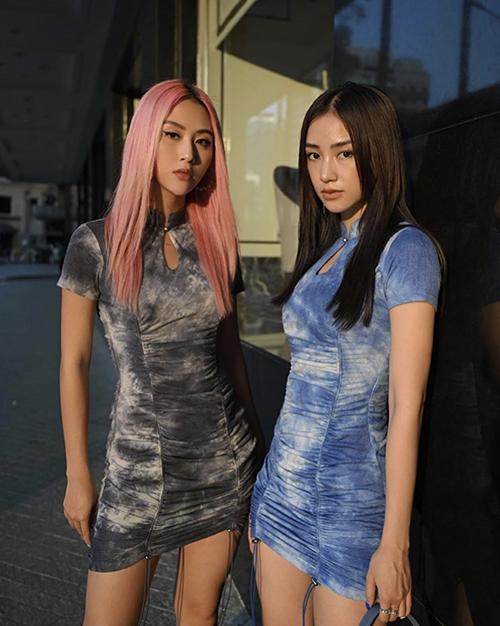 Quỳnh Anh Shyn (trái), Salim (phải) bắt trend khá nhanh khi chọn hai mẫu váy giống nhau có tông màu ấn tượng để dạo phố.