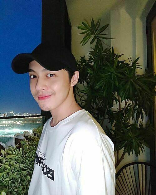 Đăng ảnh pose hình Sài Gòn về đêm, Noo Phước Thịnh được fan nhắc nhở ở nhà không chịu cạo râu.