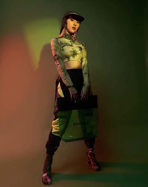 Xu hướng nhuộm màu tie dye được Quỳnh Anh Shyn hâm nóng trở lại với nhiều mẫu áo tôn nét sexy.