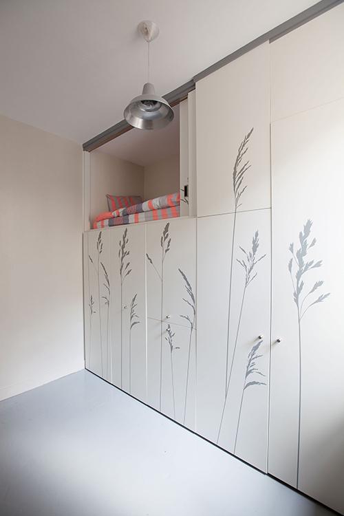 Khi tất cả nội thất ẩn trong ngăn kéo tủ, căn hộ được giải phóng một nửa diện tích sử dụng.