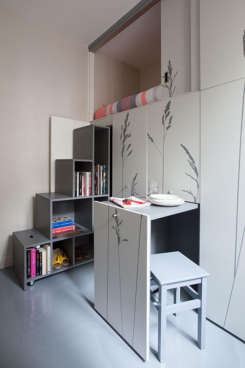 Dù diện tích căn hộ siêu nhỏ nhưng các kiến trúc sư đã tính toán cẩn thận các phương án để đảm bảo không gian sống đem đến sự tự do cho gia chủ vớiđủ tiện nghi, cung cấp nơi ăn, chốn ở, chỗ làm việc và ít đồ đạc nhất có thể.