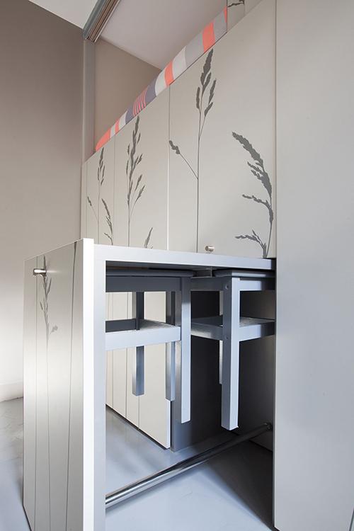 Bàn ăn, ghế đều có thể nhét gọn trong ngăn kéo tủ.