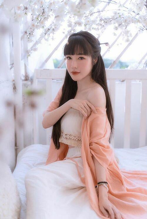 Elly Trần như thiếu nữ xinh đẹp trong tranh.