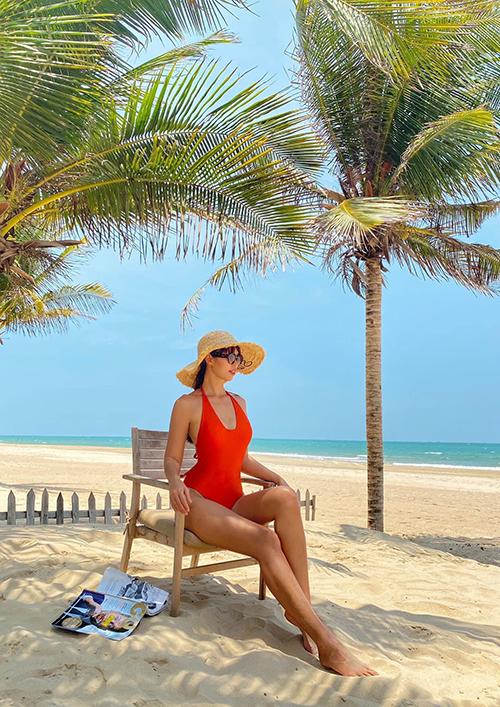 Bikini với nhiều sắc màu bắt mắt và kiểu dáng thời thượng cũng được siêu mẫu Hà Anh sử dụng khi cùng gia đình đi cách ly tại resort.