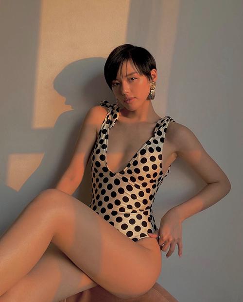 Chưa được đi biển tắm nắng nhưng Khánh Linh vẫn bắt trend đồ bơi cùng dàn sao Việt. Bikini cô lựa chọn có hoạ tiết chấm bi trẻ trung đi kèm chi tiết thắt nơ cho cầu vai.