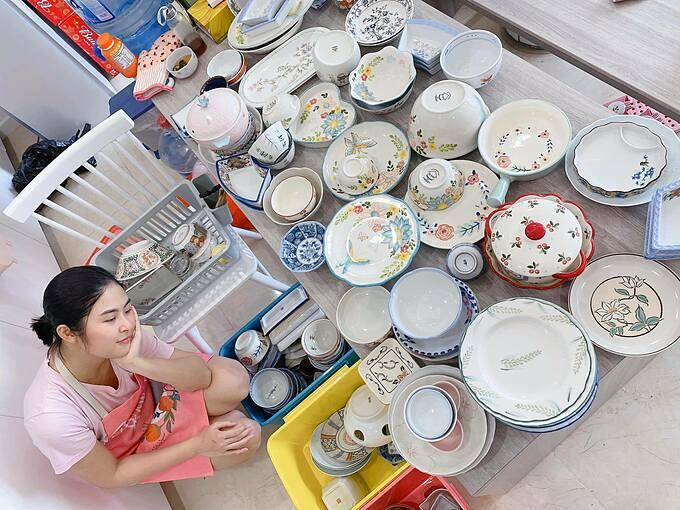 Hoa hậu Ngọc Hân than: Dịch dẽo đã khiến nhà tôi ngập ngụa như vầy đây. Khi nhiều người khen gia đình cô có nhiều bát đĩa đẹp, Ngọc Hân tiết lộ mình thuộc fan mê gốm.