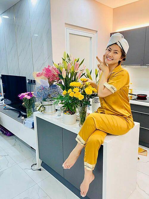Ngọc Lan chia sẻ một ngày khi ở nhà cách ly xã hội của mình: cắm hoa để đi đâu cũng thấy hoa, dưỡng da vàđọc kịch bản mới để tháng 5 hết dịch sẽ quay phim lại.